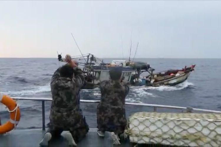 Penangkapan dua kapal maling ikan berbendera Vietnam di Laut Natuna Utara. Kapal ilegal tersebut mencuri komoditas teripang menggunakan trawl.