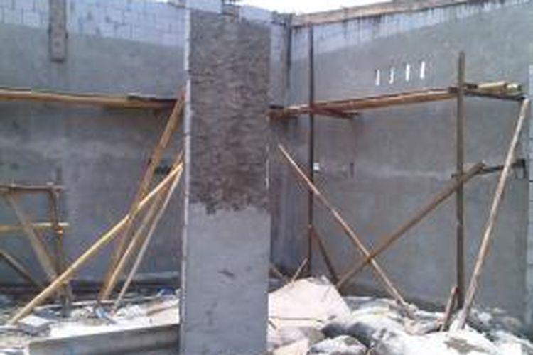 Bangunan baru kembali muncul di Kampung Taman Burung, sisi barat Waduk Pluit di Penjaringan, Jakarta Utara, Rabu (9/10/2013). Sebelumnya, kawasan itu telah dibersihkan dari bangunan-bangunan liar untuk proyek normalisasi Waduk Pluit.