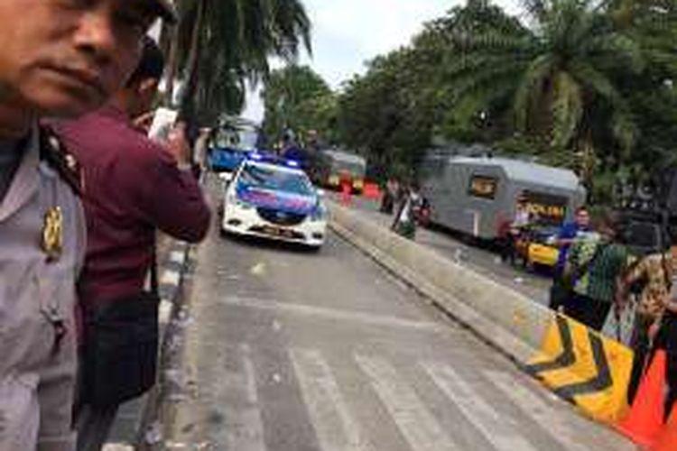 Bus transjakarta kembali beroperasi hingga Ragunan, Jakarta Selatan, Selasa (3/1/2017) mulai pukul 16.00 WIB. Pengoperasian kembali bus dilakukan dengan pengawalan polisi.