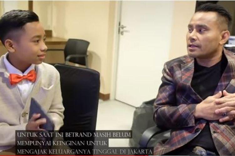 Penyanyi Judika saat berbincang dengan penyanyi asal NTT yang juga anak asuh Ruben Onsu, Betrand Peto.