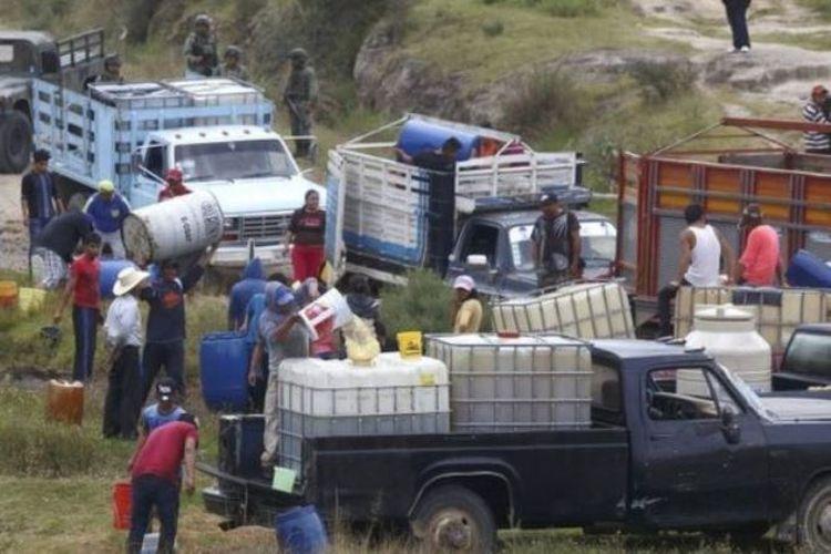Kegiatan di sekitar pipa minyak di Meksiko. (BBC)