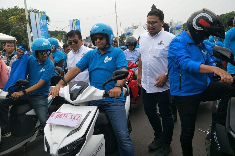 Gubernur DKI Jakarta Anies Baswedan saat mengendarai kendaraan listrik di Bundaran Senayan, Jakarta, Minggu (27/10/2019).