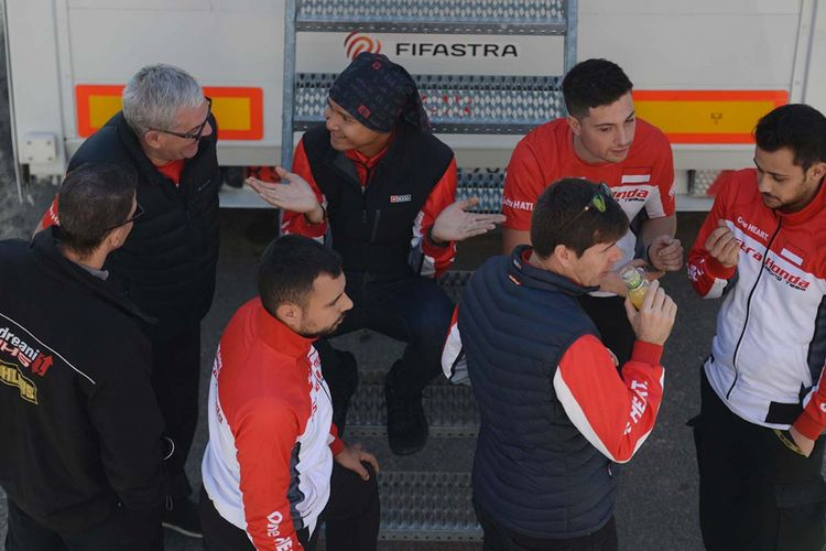 Pebalap Astra Honda Racing Team, Dimas Ekky Pratama, berbincang bersama para mekanik sebelum mengikuti sesi kualifikasi FIM CEV Moto2 di Sirkuit Ricardo Tormo, Valencia, Spanyol, Sabtu (18/11/2017). Selain Dimas Ekky Pratama, Astra Honda Racing Team juga menurunkan Andi Gilang di kelas Moto3.