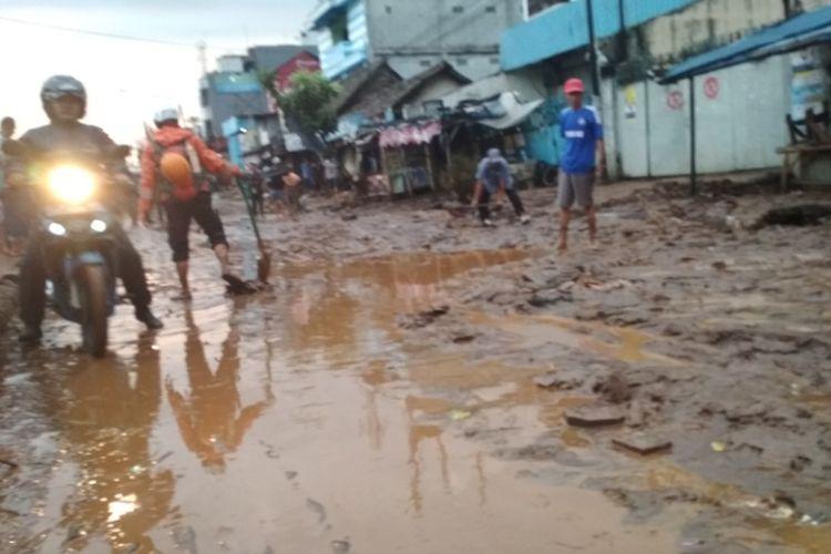 Kendaraan roda dua saat melintas di hamparan lumpur Jalan AH Nasution, Cicaheum, Bandung, setelah banjir lumpur, Selasa (20/3/2018).