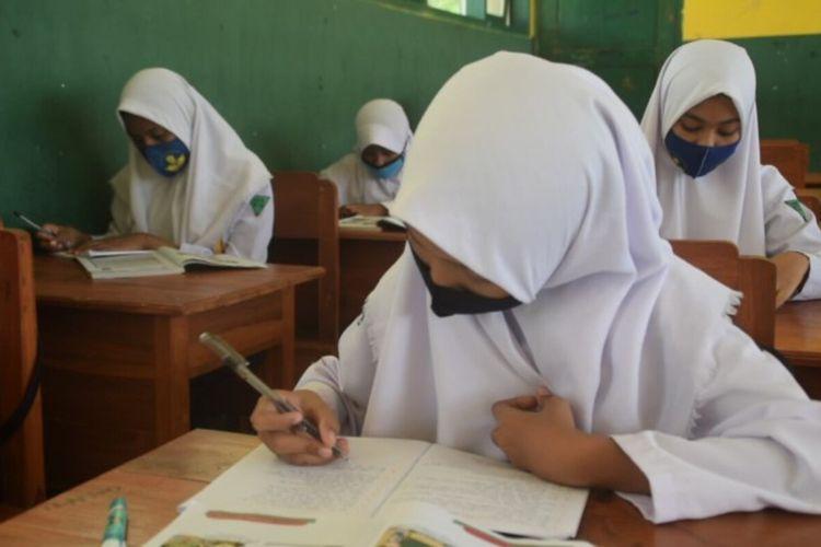 Dinas Pendidikan Kabupaten Buton Selatan, Sulawesi Tenggara, terpaksa memperbolehkan belajar dengan tatap muka di seluruh sekolah SMP dan Sekolah Dasar sejak 13 Juli 2020 lalu.  Tindakan ini dilakukan karena banyaknya  siswa dan orangtua siswa yang meminta untuk sekolah tetap dibuka dengan belajar tatap muka.