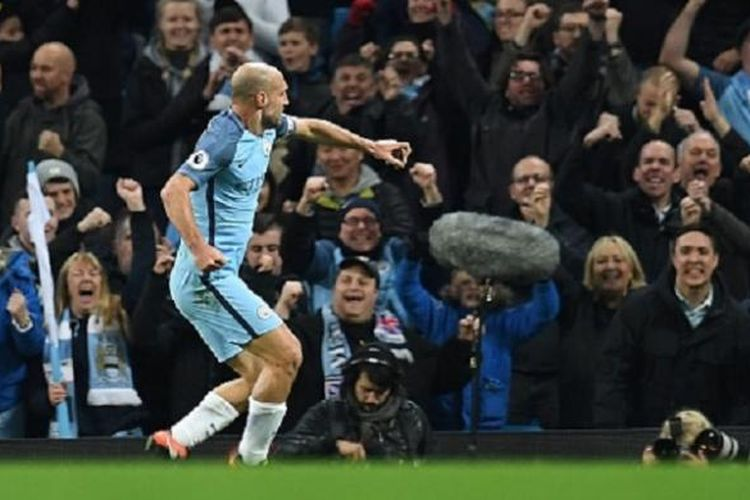 Bek Manchester City, Pablo Zabaleta, merayakan golnya ke gawang Watford pada lanjutan Premier League, Rabu (14/12/2016).