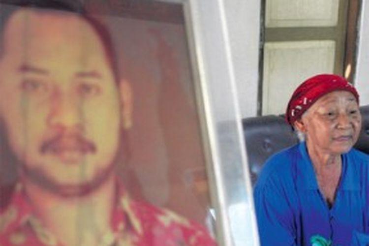 Mujilah, ibuda Fuad Muhammad Syafrudin atau Udin, wartawan Bernas yang meninggal setelah dianiaya orang tak dikenal pada 1996