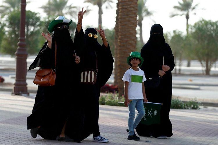 Beberapa perempuan Arab Saudi hendak mengikuti pawai ulang tahun ke-87 Hari Nasional di Riyadh, 23 September 2017.