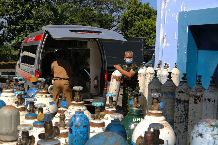 Antisipasi kelangkaan kebutuhan oksigen di sejumlah rumah sakit di Kabupaten Magetan, Kabupaten Madiun dan Kabupaten Ponorogo, Lanud Iswahjudi Magetan, mendistribusikan ratusan tabung oksigen.