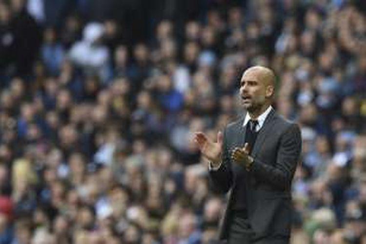 Manajer Manchester City, Josep Guardiola, menyemangati anak asuhnya saat laga Premier League kontra Southampton, di Stadion Etihad, 23 Oktober 2016.