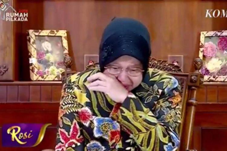 Wali Kota Tri Rismaharini menangis tersedu-sedu dalam acara Rosi di KompasTV yang dipandu oleh Pemimpin Redaksi KompasTV Rosiana Silalahi, Kamis (17/5/2018), ketika teringat dengan anak-anak terkait rangkaian peristiwa ledakan bom di Surabaya, Jawa Timur, mulai dari bom tiga gereja pada Minggu (13/5/2018) hingga bom di Mapolrestabes Surabaya pada Senin (14/5/2018).