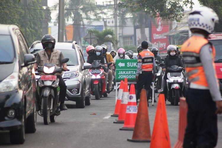 Situasi arus lalu lintas di kawasan bundaran tugu lampu Gentur Pos TMC Cianjur, Jawa Barat, saat pemberlakuan sistem ganjil genap jalur Puncak, Jumat (3/9/2021) petang.