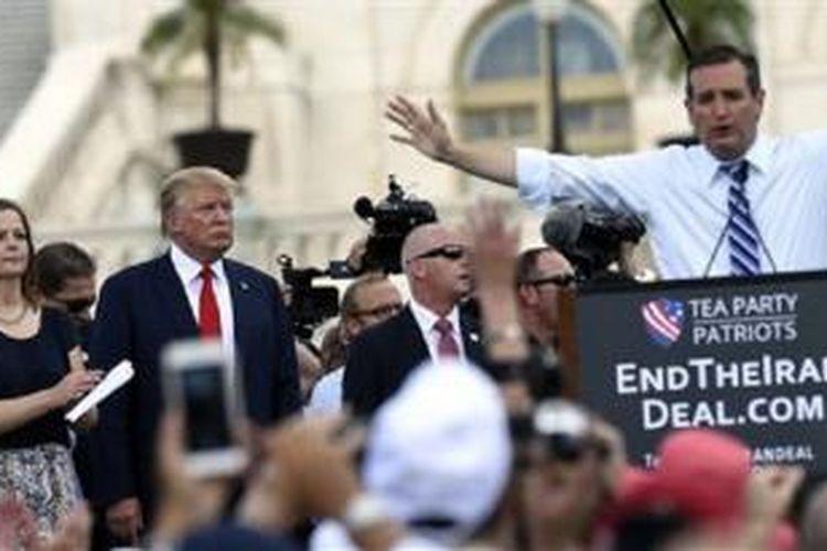 Donald Trump menyaksikan Ted Cruz berpidato menentang kesepakatan nuklir Iran di luar Gedung Kongres Amerika, 9 September 2015