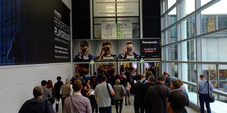 Setelah pengunjung mengantre dan memindai tiket masuk, mereka beejalan melewati pintu berikutnya untuk masuk menuju berbagai aula pameran Photokina 2016.