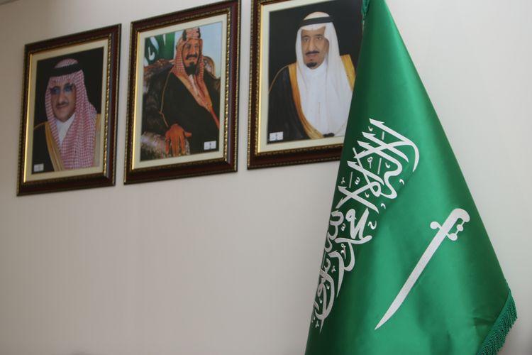 Suasana saat Duta Besar Arab Saudi Osama bin Mohammed Abdullah Al Shuaibi memberikan keterangan pers di Kantor Kedutaan Besar Arab Saudi, Jakarta, Selasa (28/2/2017). Pertemuan ini untuk membahas kunjungan Raja Arab Saudi Salman bin Abdulaziz ke Indonesia pada 1-9 Maret 2017 mendatang.