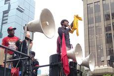 Aksi Ketua BEM UI, Lepas Almamater Kuningnya Saat Demo Bareng Buruh