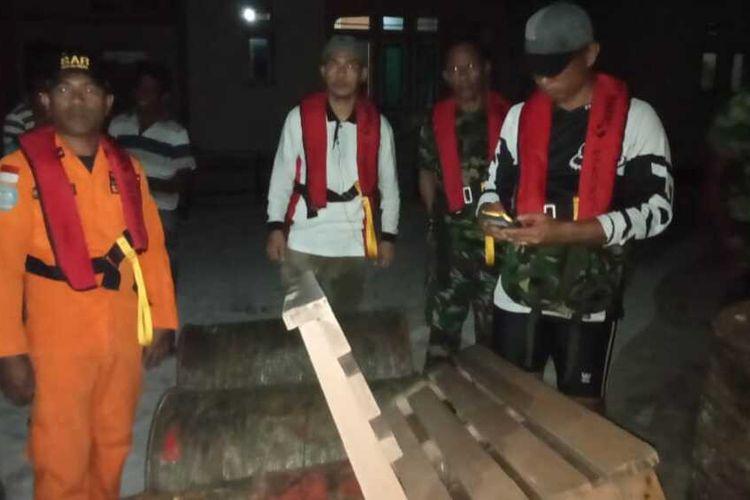 Delapan drum avtur milik kapal Panji Saputra yang hilang kontak ditemukan dan diamankan tim SAR dan TNI di Pulau Tayando, Maluku Tenggara, Selasa malam (21/1/2020)