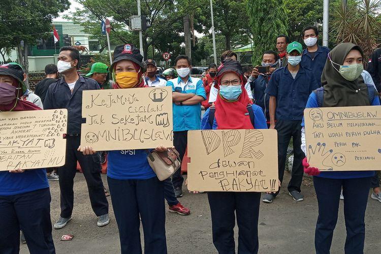 Gelombang aksi massa buruh terus memadati pintu gerbang pemerintahan Kantor Bupati Bogor di Cibinong, Kabupaten Bogor, Jawa Barat, Jumat (16/10/20) siang.