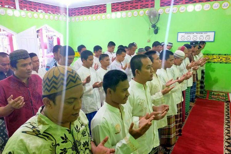 Ribuan Napi di Sumbar menggelar shalat gaib dan doa bersama di rutan dan lapas masing-masing untuk awak KRI Nanggala 402, Minggu (25/4/2021)