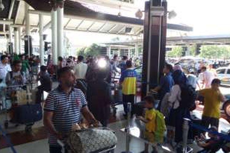 Penumpang di Terminal Kedatangan 1A Bandara Soekarno-Hatta, Tangerang, antre menunggu taksi dengan sistem FIFO (First In First Out), Jumat (6/5/2016). Sistem ini telah diberlakukan di Bandara Soekarno-Hatta sejak empat bulan lalu.