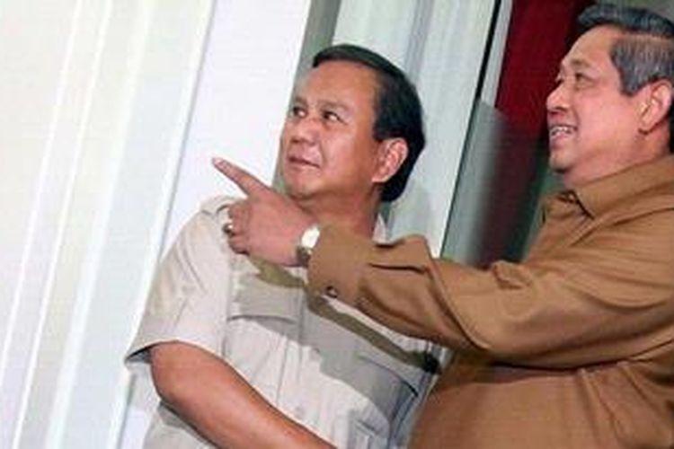 Presiden Republik Indonesia Susilo Bambang Yudhoyono menerima kunjungan Ketua Dewan Pembina Partai Gerindra Prabowo Subianto (kiri), di Kantor Presiden, Istana Negara, Jakarta, Senin (11/3/2013). Prabowo hadir ke Istana Negara atas undangan dari Presiden. TRIBUNNEWS/DANY PERMANA