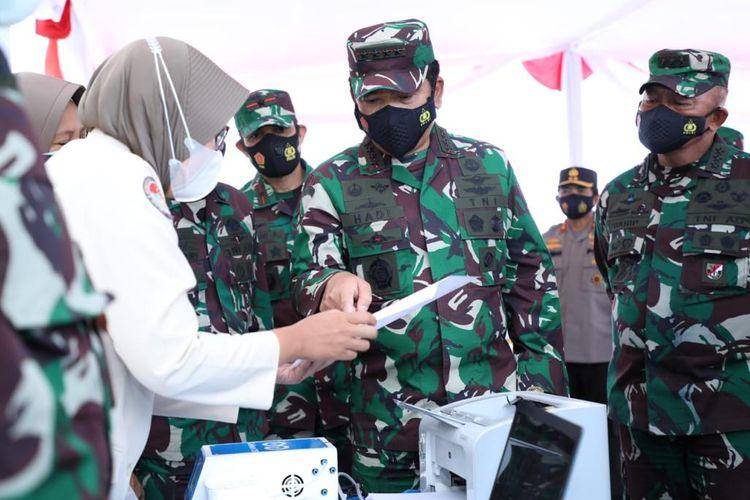 Panglima TNI Marsekal TNI Hadi Tjahjanto saat memimpin program vaksinasi bagi 1.286 TNI di Yogyakarta, Sabtu (13/3/2021).