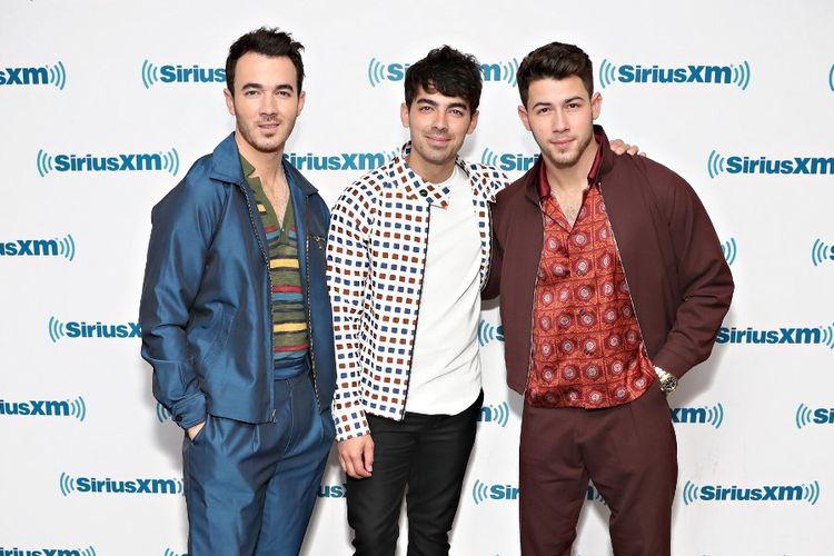 Band Jonas Brothers (dari kiri) Kevin Jonas, Nick Jonas, and Joe Jonas berkunjung ke SiriusXM Hits 1 di SiriusXM Studios, New York City, pada 6 Juni 2019.