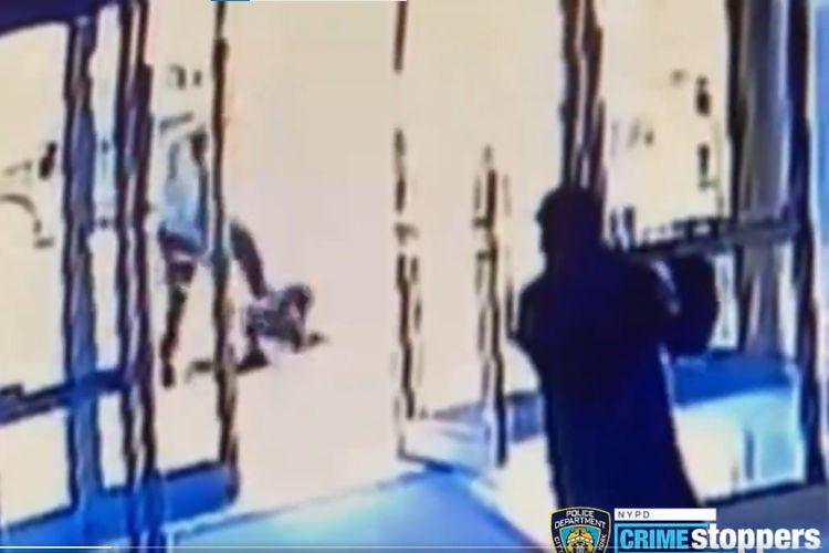 Tangkapan layar dari rekaman CCTV yang memperlihatkan seorang wanita lansia Asia-Amerika ditendangi di Manhattan. New York, pada Senin (29/3/2021), tetapi warga sekitar diam saja bahkan ada yang menutup pintu.