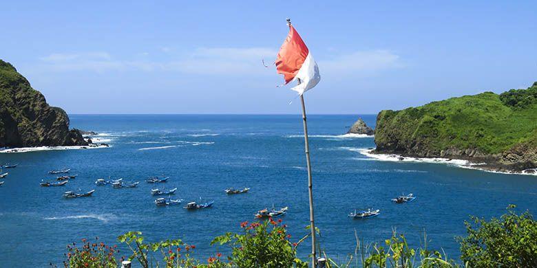 Dari Bukit Samboja, panorama kawasan pantai nelayan terlihat sangat memesona.