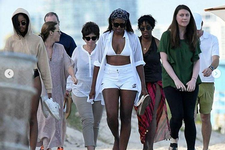 Dengan mengenakan bikini putih dipadu celana pendek cut-off senada, Sang Mantan Ibu Negara pertama kali tertangkap kamera pada hari Sabtu waktu setempat, di sebuah pantai di Miami, Florida.