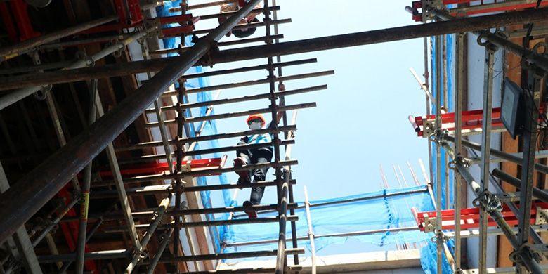 Pekerja PT PLN (Persero) UPP Kit JBT 2 sedang melakukan supervisi konstruksi lokasi pembangunan power house PLTA Jatigede 2x55 MW.