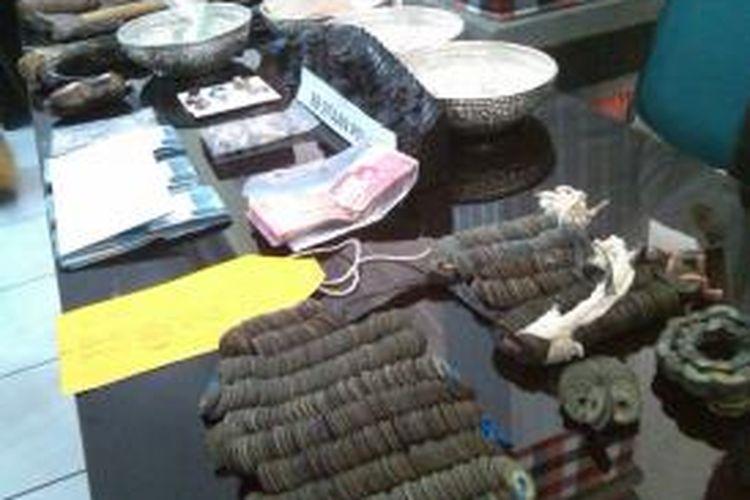 Polda Bali memperlihatkan barang bukti benda sakral di Pura yang dicuri komplotan tersangka AR saat konferensi pers di Mapolda Bali, Rabu (28/8/2013).