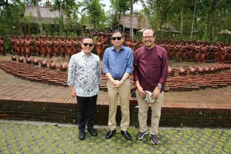 Menteri Energi dan Sumber Daya Mineral (ESDM) Ignasius Jonan saat mengunjungi Taman Terakota di Banyuwangi, Jawa Timur, Kamis (21/2/2019).