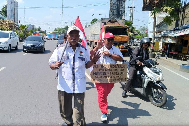Solikin (44), warga Desa Honggosoco RT 04 RW 02, Kecamatan Jekulo, Kudus berjalan kaki dari kediamannya menuju tempat kerja sejauh 12 kilometer, Kamis (28/6/2018).