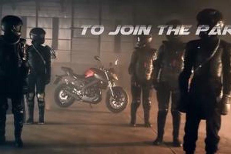 Sekilas tampang Yamaha MT-25 dipenggal dari scene video yang diunggah di YouTube.