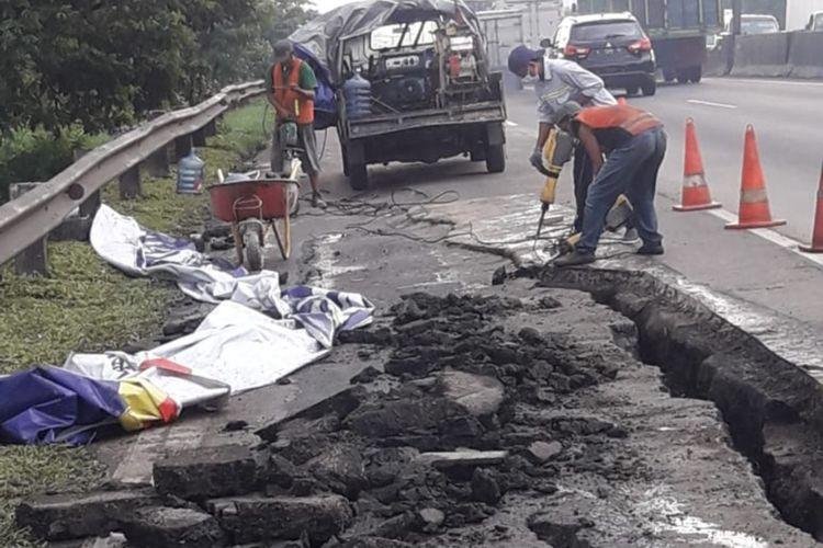 Pengerjaan ruas tol yang longsor di KM 06+200 ruas tol Surabaya - Gempol.