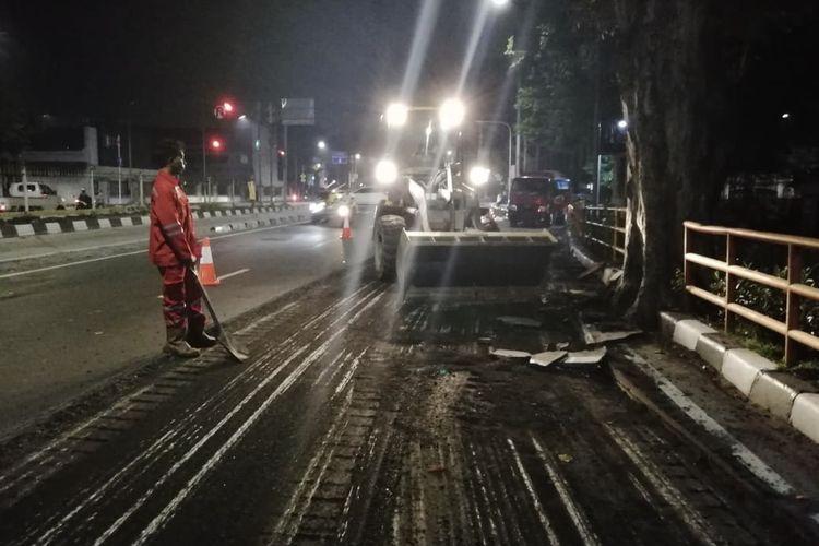 Jalan Gunung Sahari arah Ancol mulai dibenahi oleh Dinas Bina Marga DKI Jakarta sejak Senin (6/5/2019). Pembenahan jalan ditargetkan rampung 3 bulan. Meski dibenahi ruas jalan ini tidak ditutup dan tetap bisa dilewati masyarakat.