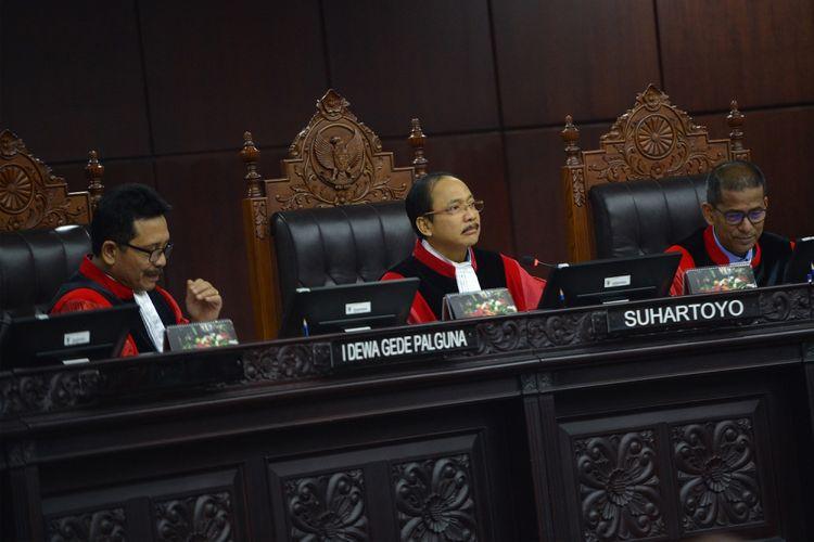 Ketua majelis hakim Mahkamah Konstitusi (MK) Suhartoyo (tengah) bersama hakim MK I Dewa Gede Palguna (kiri) dan Saldi Isra memimpin sidang panel pendahuluan pengujian UU MD3 di gedung MK, Jakarta, Kamis (8/3).  Forum Kajian Hukum dan Konstitusi (FKHK), Partai Solidaritas Indonesia (PSI), dan dua perserorangan warga negara Indonesia menggugat ketentuan dalam Pasal 73 ayat (3), Pasal 73 ayat (4) huruf a dan c, Pasal 73 ayat (5), Pasal 122 huruf k, dan Pasal 245 ayat (1) UU MD3. ANTARA FOTO/Wahyu Putro A/pras/18