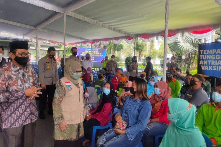 Bupati Jombang Mundjidah Wahab, meninjau pelaksanaan vaksinasi untuk tuna wisma, di Pendopo Kabupaten Jombang, Jawa Timur, Kamis (23/9/2021).