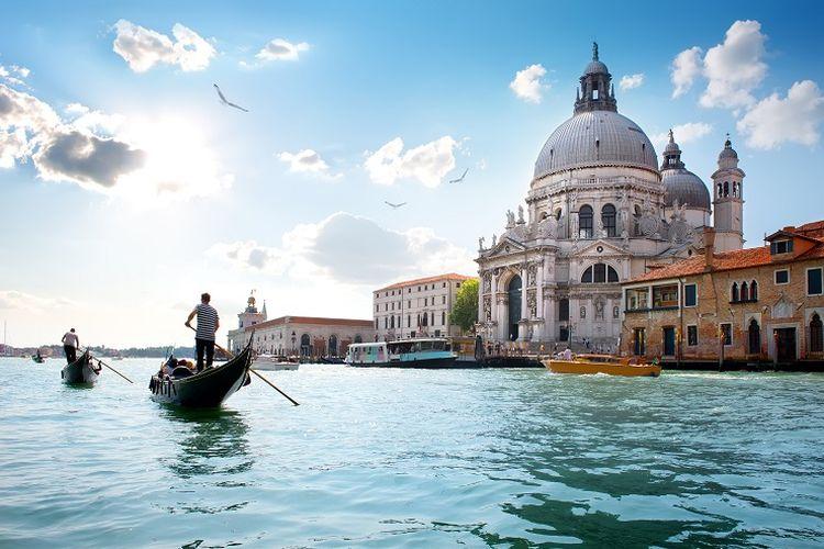 Ilustrasi Italia - Pemandangan perairan Kota Venesia (SHUTTERSTOCK/givaga).