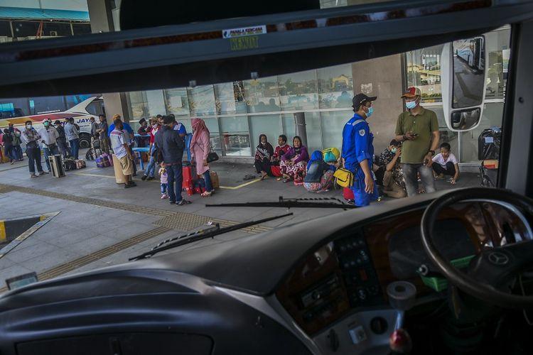Calon penumpang menunggu jadwal keberangkatan bus di Terminal Terpadu Pulo Gebang, Jakarta, Jumat (26/3/2021). Menteri Koordinator Bidang Pembangunan Manusia dan Kebudayaan (PMK) Muhadjir Effendy mengatakan Pemerintah melarang mudik lebaran 2021 pada 6-17 Mei 2021, keputusan tersebut diambil dengan mempertimbangkan risiko penularan COVID-19 yang masih tinggi terutama pasca libur panjang. ANTARA FOTO/Galih Pradipta/foc.