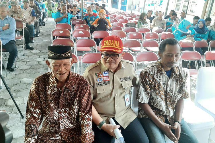Sudiro dan Sudarwanto alias Kodir saat duduk bersama Direktur Perlindungan Sosial Korban Bencana Alam Kemensos RI Rachmat Koesnadi sebelum penyerahan penghargaan.