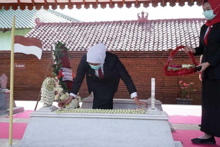 Ziarah ke makam Soerjo, Gubenur Jawa Timur Khofifah Endar Parawansa tiba tiba dipanggil ratas oleh Presiden Jokowi diduga membahas situasi Jawa Timur.