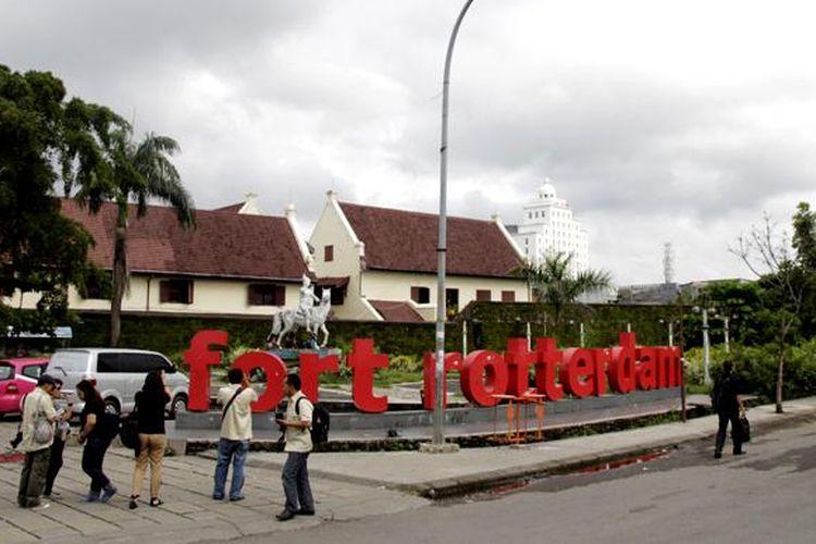 Para wisatawan berkumpul di depan tulisan Fort Rotterdam berwarna merah di depan Obyek Wisata Benteng Fort Rotterdam, Kota Makassar, Sulawesi Selatan, Rabu (11/2/2015). Benteng Rotterdam terletak di di pinggir pantai sebelah barat Kota Makassar, Sulawesi Selatan.