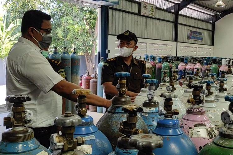 CEK STOK OKSIGEN—Aparat Intel Kejaksaan Negeri Kabupaten Madiun mengecek stok oksigen di PT Samator Madiun, Selasa (28/9/2021).