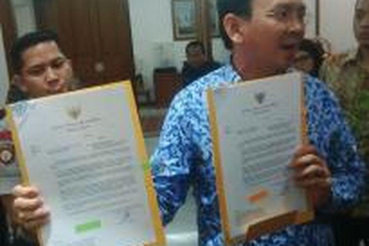 Pelaksana Tugas (Plt) Gubernur DKI Jakarta Basuki Tjahaja Purnama menunjukkan surat rekomendasi pembubaran Front Pembela Islam di Balaikota DKI, Senin (10/11/2014).