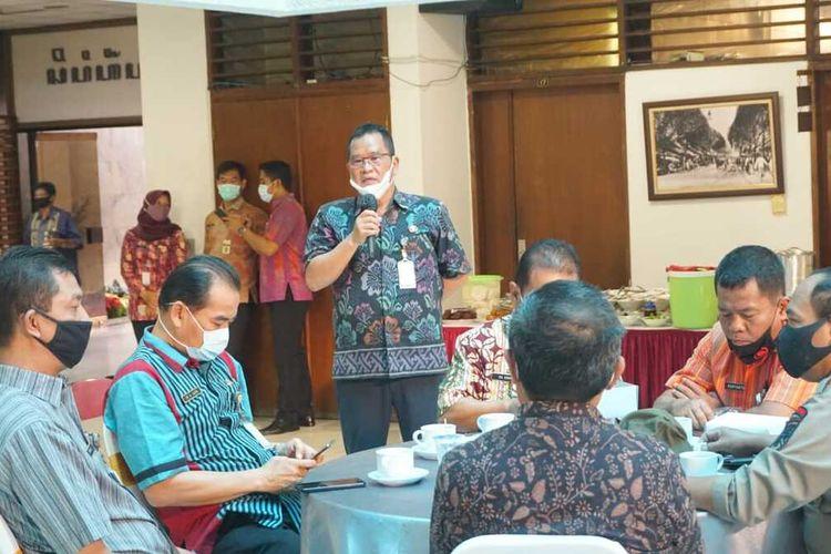 Sekretaris Daerah Kota Magelang Joko Budiyono saat memberikan pengarahan kepada jajarannya di pringgitan kantor Wali Kota Magelang, Selasa (8/11/2020)