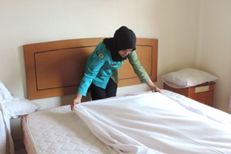Siswa SMKN 2 Pangkalpinang jurusan akomodasi perhotelan sedang kerja praktek.
