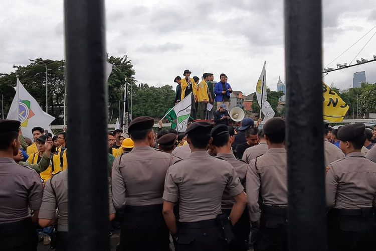 Massa mahasiwa menggelar aksi penolaka omnibus law RUU Cipta Kerja di depan gedung DPR, Senayan, Jakarta, Rabu (4/3/2020).