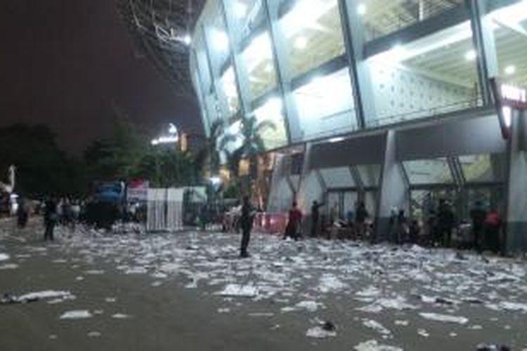 sampah berserakan di Gelora Bung Karno pada perhelatan final Piala Presiden 2015 antara Persib Bandung dengan Sriwijaya FC, di Stadion Utama Gelora Bung Karno, Jakarta, Minggu (18/10/2015).
